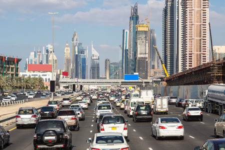 Dopravní zácpa na Sheikh Zayed Road v Dubaji v letní den