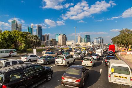 mermelada: atasco de tráfico en la calle Sheikh Zayed en Dubai en un día de verano Editorial