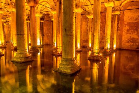 cisterna: ESTAMBUL, Turqu�a - 14 de mayo, 2015: La Cisterna Bas�lica es el m�s grande de cisternas antiguas.