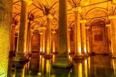 aljibe: ESTAMBUL, Turquía - 14 de mayo, 2015: La Cisterna Basílica es el más grande de cisternas antiguas.