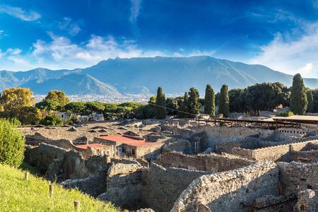 마운트 베수비오의 분화에 의해 79BC에서 파괴 된 폼페이 도시