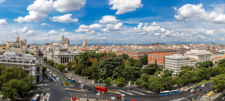 Vista aérea de la Plaza de Cibeles en Madrid en un hermoso día de verano, España Foto de archivo - 81108276