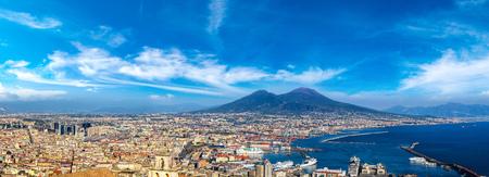 Napoli (Napoli) e il Vesuvio in background al tramonto in una giornata estiva, Italia, Campania