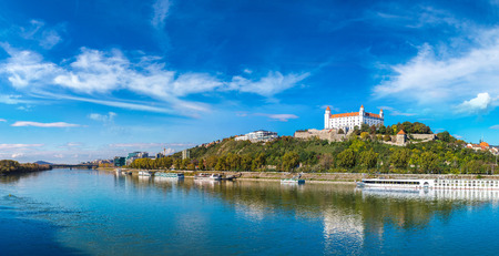 Castillo medieval en una colina en un día de verano en Bratislava, Eslovaquia