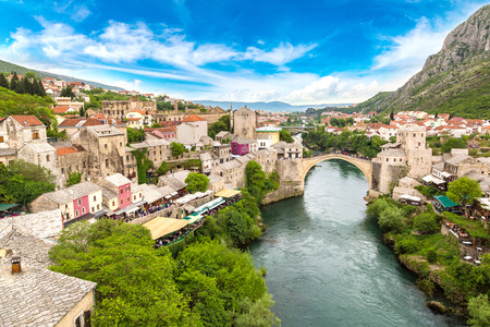 美しい夏の日、ボスニア ・ ヘルツェゴビナのモスタルの古い橋