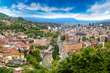 美しい夏の日、ボスニア ・ ヘルツェゴビナのサラエボの空中パノラマ