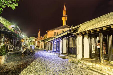 Mostar en una hermosa noche de verano, Bosnia y Herzegovina Foto de archivo