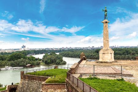 Das Pobednik Denkmal und die Festung Kalemegdan in Belgrad, Serbien an einem schönen Sommertag