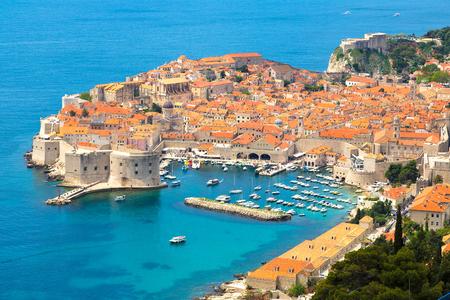 空中の古い都市ドゥブロヴニクの見る美しい夏の日、クロアチア