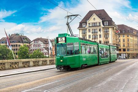 Stadstram in Bazel in een mooie de zomerdag, Zwitserland Stockfoto