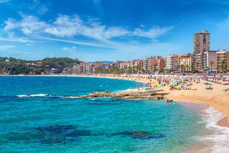 美しい夏の日、コスタ ・ ブラバ、カタルーニャ、スペイン リョレトデマルのビーチ 写真素材