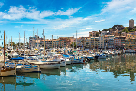 Yachts anchored in port in Cannes in a beautiful summer day, France Stockfoto