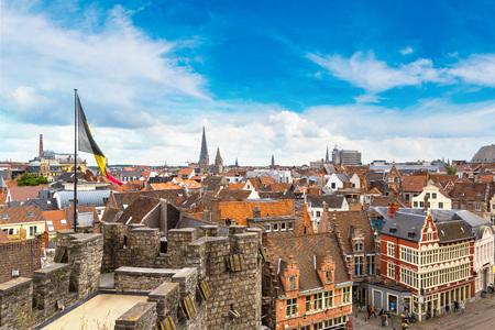 Middeleeuws kasteel Gravensteen (Gravensteen) in Gent in een mooie zomerse dag, België