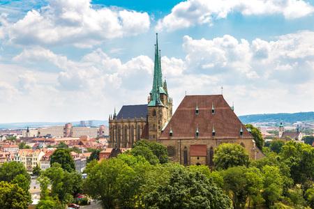 美しい夏の日、ドイツのエアフルト大聖堂