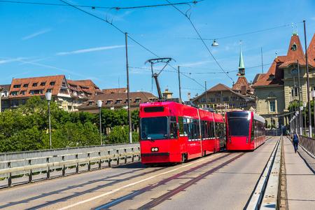 아름 다운 여름 날, 스위스 베른에서 현대 도시 전차