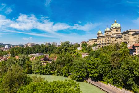 連邦政府はベルンの美しい夏の日、スイス連邦共和国宮殿スイス