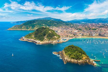 아름 다운 여름의 하루, 스페인에서에서 산 세 바스 챤 (Donostia)의 파노라마 공중보기 스톡 콘텐츠