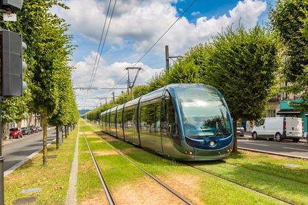 美しい夏の日、フランスのボルドーで近代的な市電