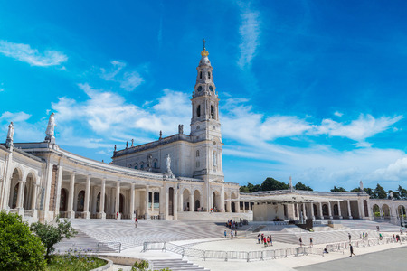 El santuario de Fátima en un hermoso día de verano, Portugal Foto de archivo - 70648129