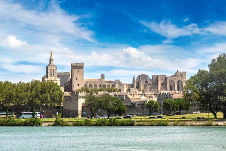 美しい夏の日、フランスのアヴィニョンの教皇宮殿とローヌ川