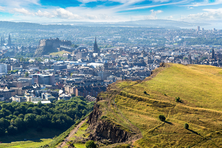 美しい夏の日、スコットランド、イギリスのアーサーの座席からエディンバラの町並み