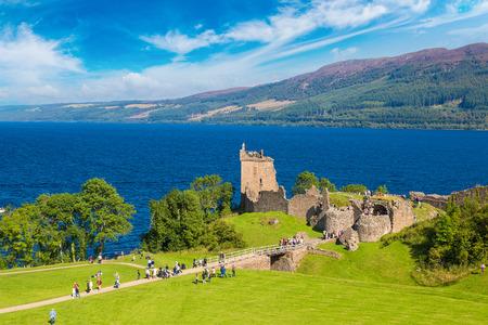 美しい夏の日、イギリスのスコットランドのネス湖の湖畔に沿ってアーカート城