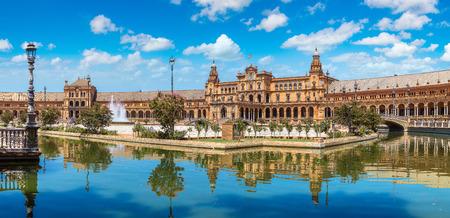 Panorama de la place d'Espagne (Plaza de España) à Séville dans une belle journée d'été, en Espagne Banque d'images - 74722594