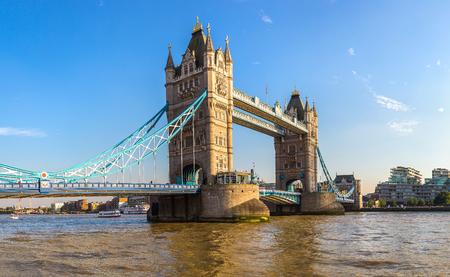 Tower Bridge in London an einem schönen Sommertag, England, Vereinigtes Königreich