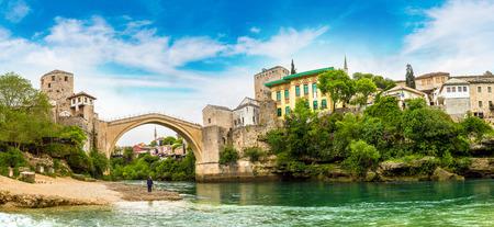 아름 다운 여름날, 보스니아 헤르체고비나에에서 오래 된 다리의 모스 타르의 파노라마 스톡 콘텐츠