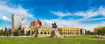 아름 다운 여름날, 알바니아에서 티라나 Skanderbeg 광장과 Skanderbeg 기념탑의 파노라마