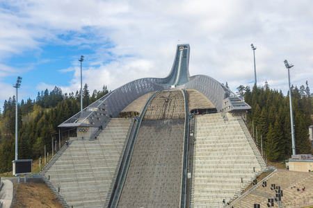 오슬로, 노르웨이 -2011 년 5 월 25 일 : Holmenkollbakken- 화창한 날 노르웨이 오슬로에서 언덕을 뛰어 일 큰 스키