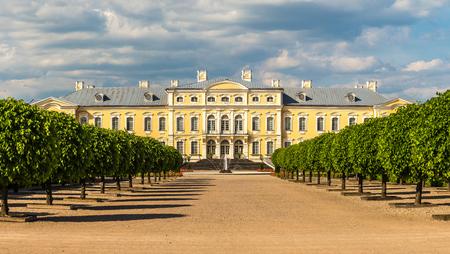 아름 다운 여름의 하루, 라트비아에서에서 Rundale 궁전 정원의 파노라마 스톡 콘텐츠