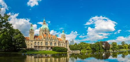 아름 다운 여름의 하루, 독일 하노버의 새로운 시청의 파노라마