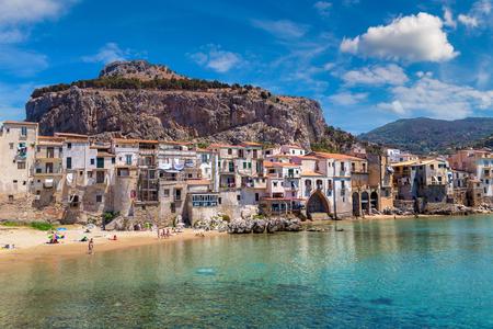 항구와 아름 다운 여름날에 시칠리아, 이탈리아에서에서 Cefalu에 오래 된 집 스톡 콘텐츠
