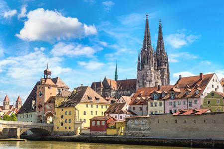 Regensburg en kathedraal, Duitsland in een mooie zomerdag
