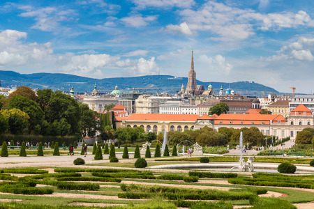 Fountain and Belvedere garden in Vienna, Austria in a beautiful summer day 스톡 콘텐츠