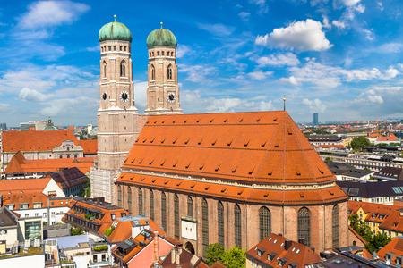 아름 다운 여름날에 뮌헨, 독일에서 성당 Frauenkirche