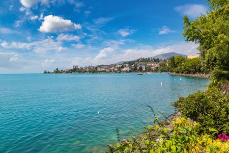 Montreux und Genfersee an einem schönen Sommertag, Schweiz Standard-Bild