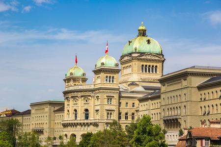 Palais fédéral de la Suisse à Berne par une belle journée d'été, Suisse