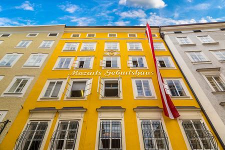 美しい夏の日のザルツブルクのヴォルフガング・アマデウス・モーツァルト発祥の地、オーストリア 報道画像