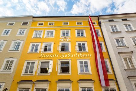 Le lieu de naissance de Wolfgang Amadeus Mozart à Salzbourg dans une belle journée d'été, Autriche Banque d'images - 86572948
