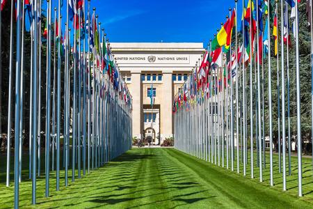 GINEBRA, SUIZA - 25 DE JULIO DE 2017: Entrada y edificio de Naciones Unidas en Ginebra en un día de verano hermoso, Suiza