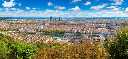 Vue panoramique aérienne de Lyon, France dans une belle journée d'été Banque d'images - 87441536