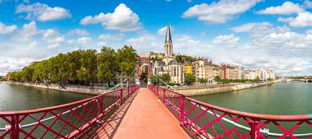 Voetgangersbrug van Saint Georges en de kerk van Saint Georges in Lyon, Frankrijk in een mooie de zomerdag