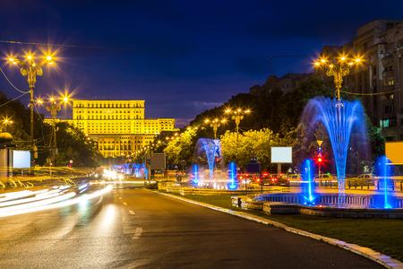 Costruzione del Parlamento rumeno a Bucarest in una bella notte di estate, Bulgaria Archivio Fotografico - 89224952