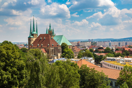 美しい夏の日のエアフルト大聖堂、ドイツ