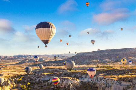 Hot air Balloons flight in Cappadocia, Nevsehir, Turkey in a beautiful summer day 版權商用圖片 - 89204324