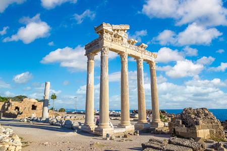 Ruinas del templo de Apolo en Side en un hermoso día de verano, Antalya, Turquía Foto de archivo