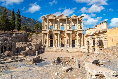 고 대 도시 에베소, 터키 아름 다운 여름날에 섭씨 라이브러리의 유적
