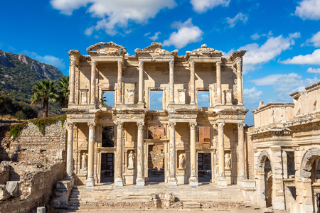 Ruins of Celsius Library in ancient city Ephesus, Turkey in a beautiful summer day Banco de Imagens - 89107095